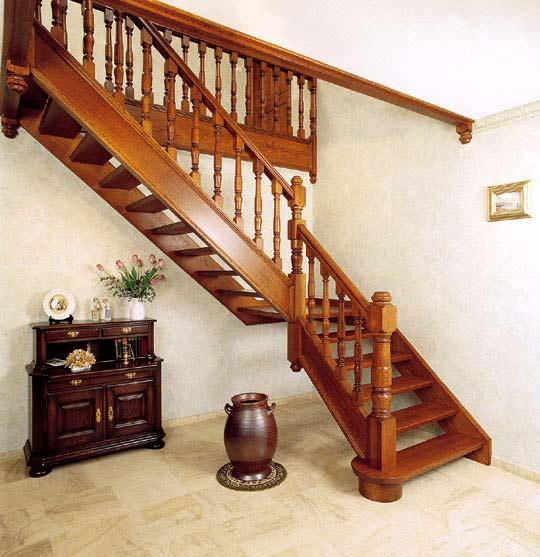 Деревянная лестница дома и на даче